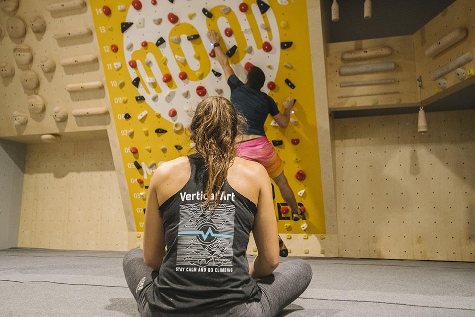 moon board à Vertical'Art Toulon escalade en salle grimpe connectée sur du bloc