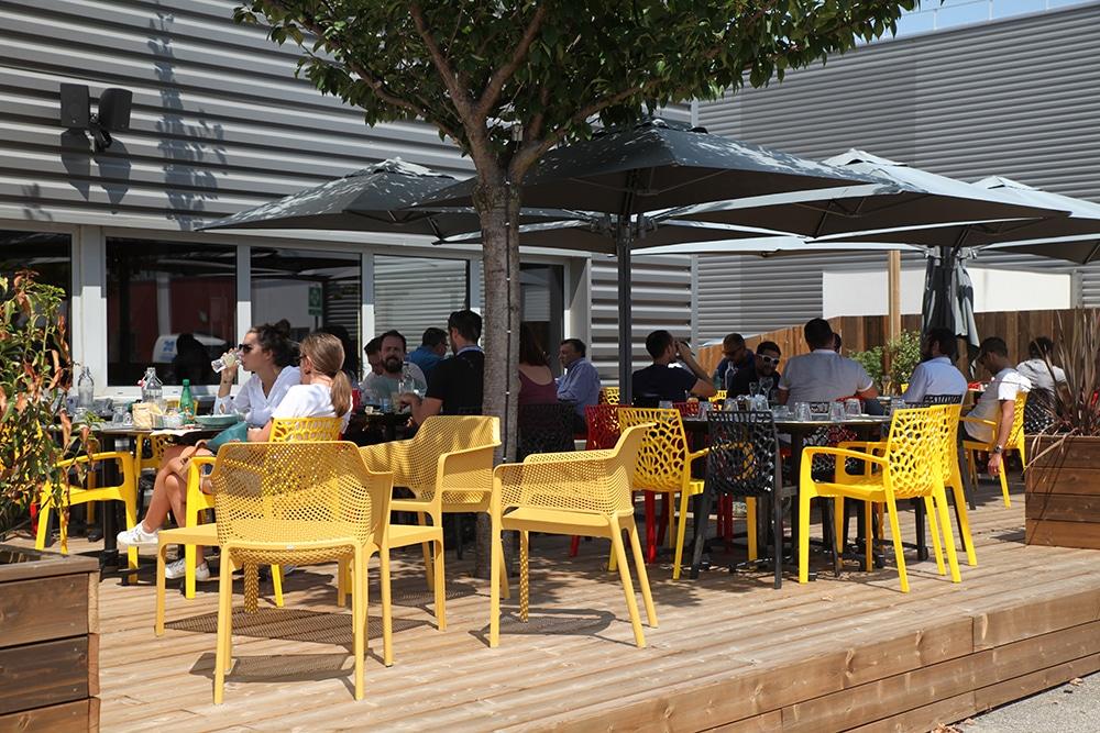 terrasse restaurant et bar à Vertical'Art Toulon salle d'escalade de bloc manger- chiller- bouger