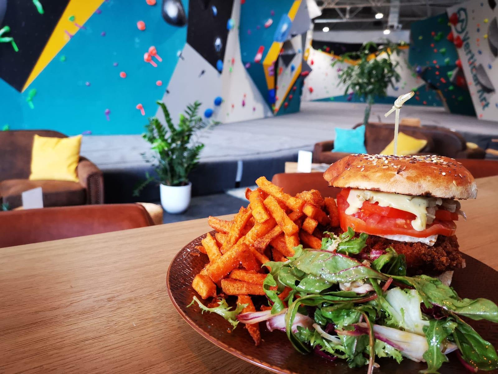 Burger du restaurant Vertical'Art Toulon. Salle d'escalade dans le Var - produits frais et locaux