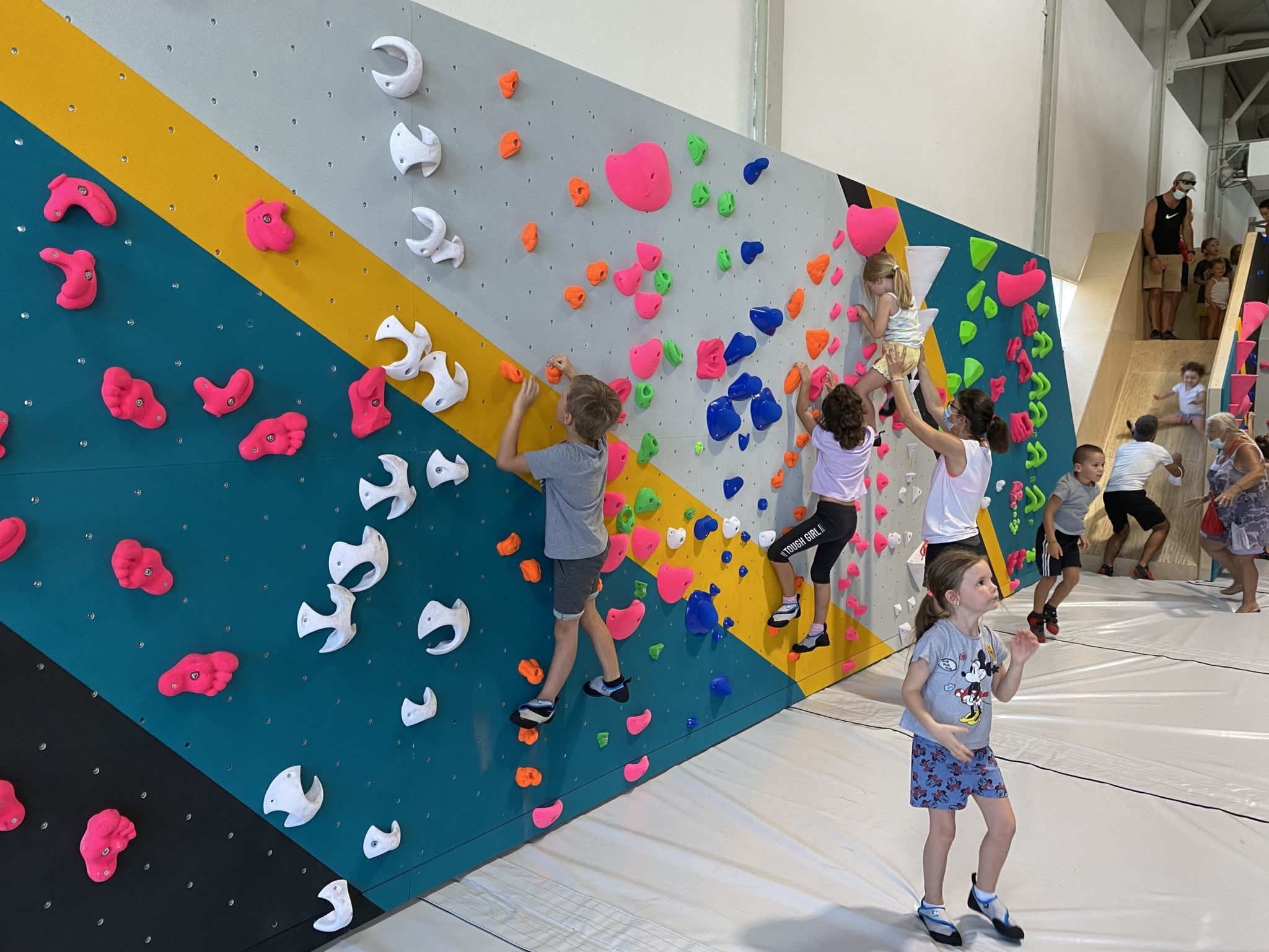 Cours d'escalade à Vertical'Art Toulon. Enfant qui grimpent. Ecole d'escalade. Stages d'escalade vacances.