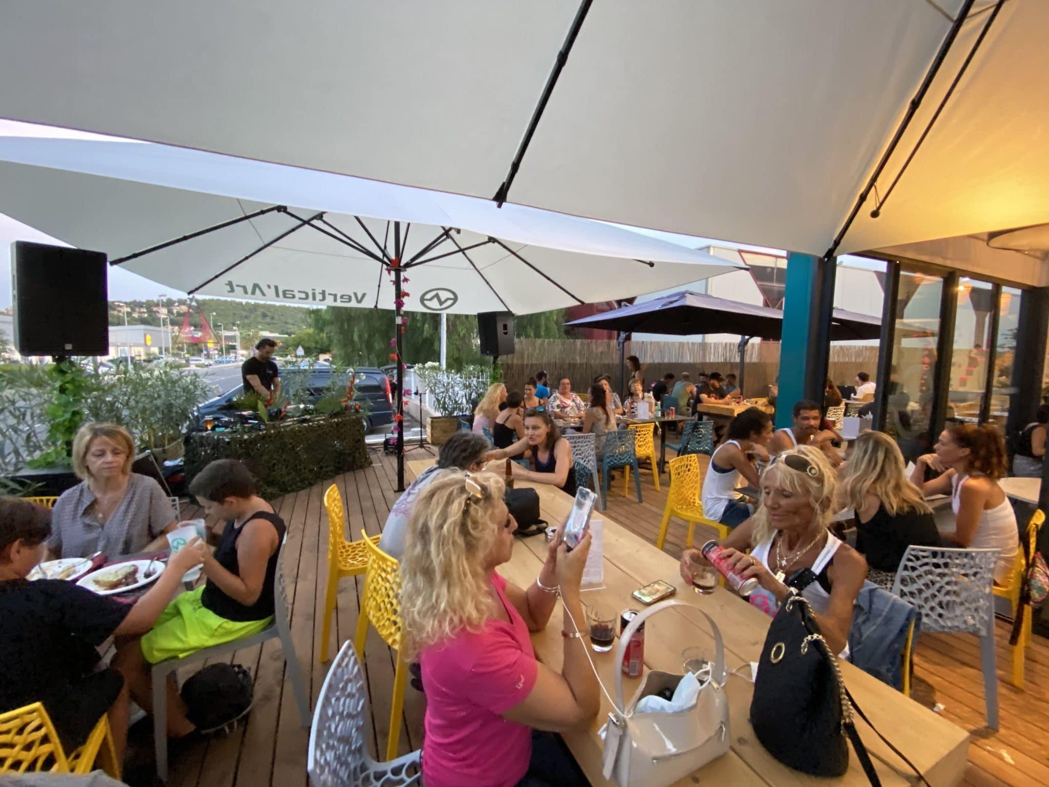 Terrasse de la salle d'escalade restaurant et bar Vertical'Art Toulon dans le Var.
